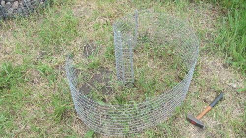 Установка оцинкованной сетки габиона-клумбы для петунии