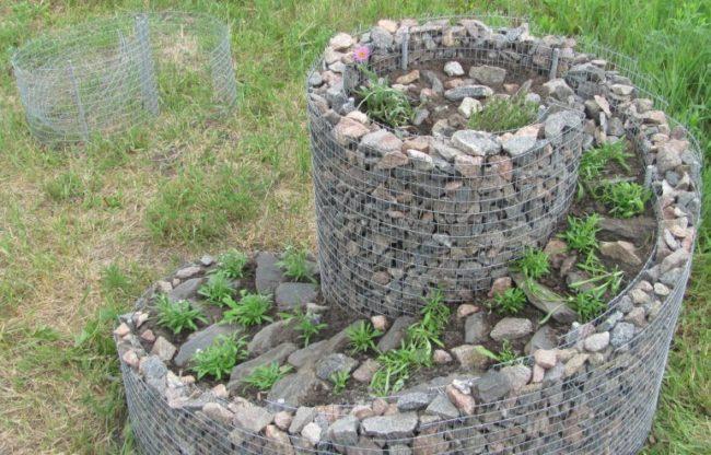 Клумба-улитка своими руками из металлической сетки и мелких камней