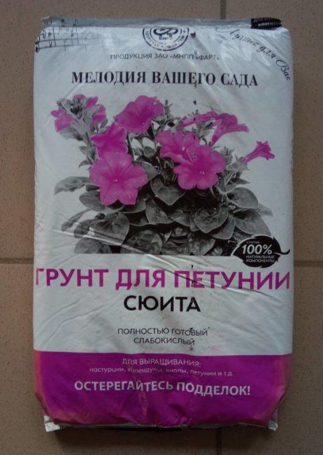 Пакет со слабокислым грунтом Сюита для посадки петунии в кашпо