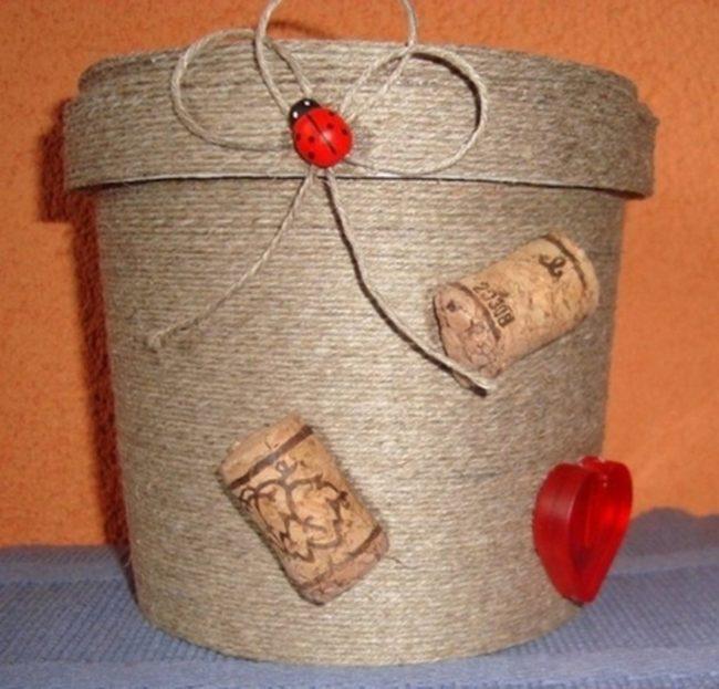Кашпо для петунии из ведерка для майонеза и тонкого шпагата