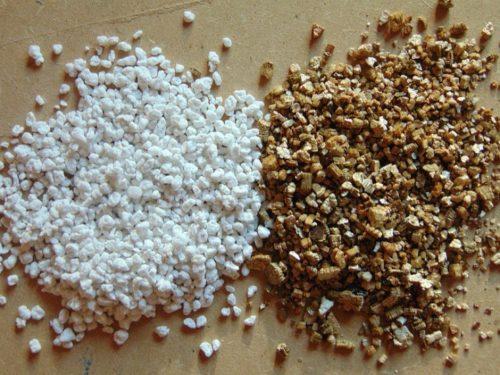 Белый перлит и коричневый вермикулит для приготовления посадочного грунта под петунию