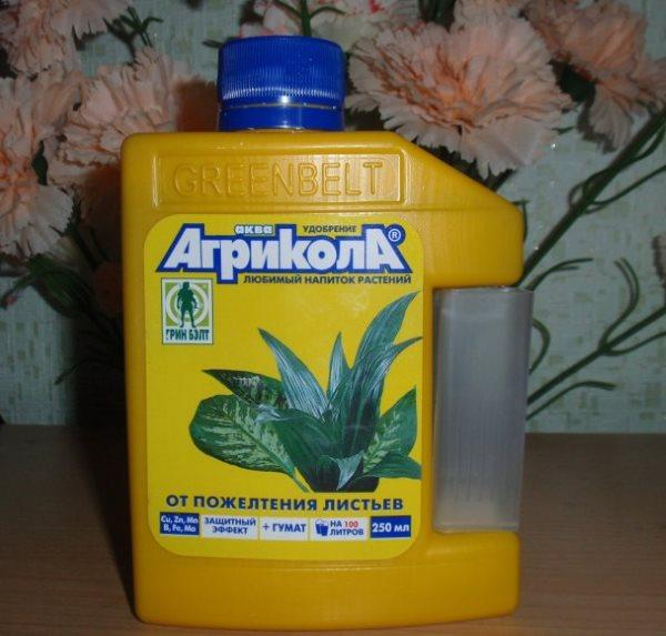Желтая емкость с жидким удобрением Агрикола для комнатных цветов