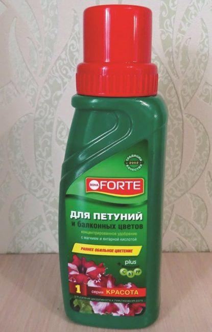 Пластмассовый флакон с универсальной подкормкой для петунии и других цветов