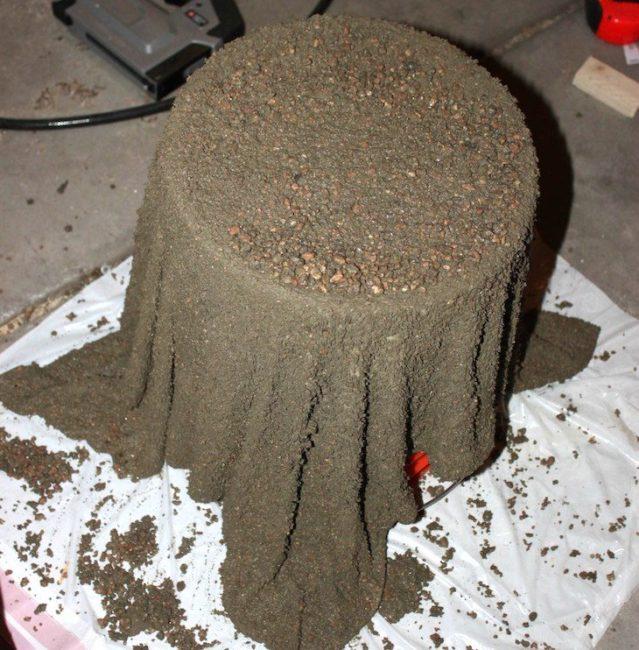 Изготовление вазона для петунии из полотенца и цемента своими руками