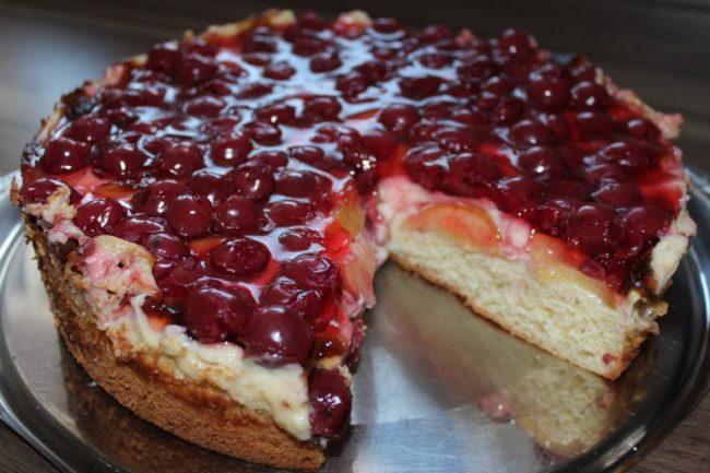 Вкусный домашний пирог с яблочно-вишневой начинкой