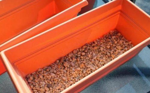 Пластиковый контейнер вытянутой формы с дренажом из керамзита