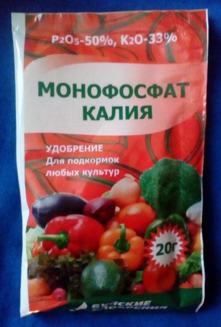 Небольшой пакетик монофосфата калия для подкормки войлочной вишни перед плодоношением