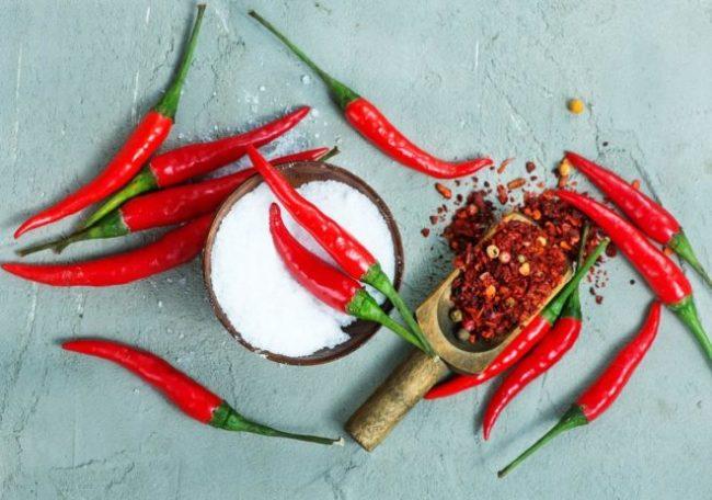 Измельчение красных стручков горького перца для приготовления настоя от садовой тли