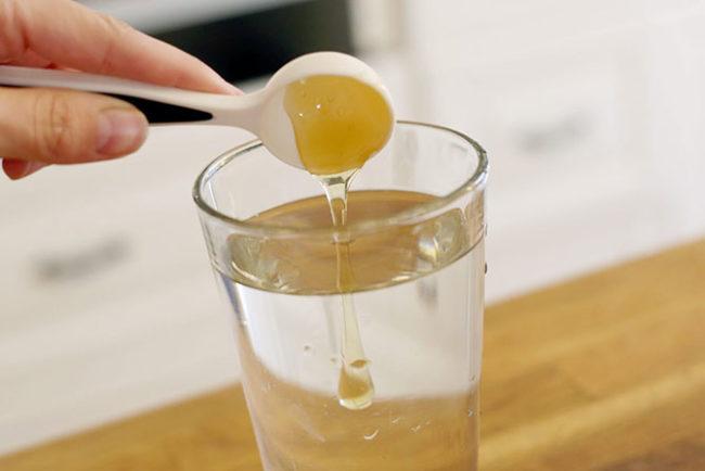 Подготовка раствора липового меда для замачивания укропных семян