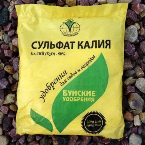 Желтый пакет с сульфатом калия для внесения на грядку с горьким перцем