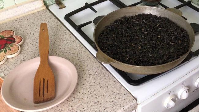 Поджаривание сырых семечек подсолнечника на сковородке в домашних условиях