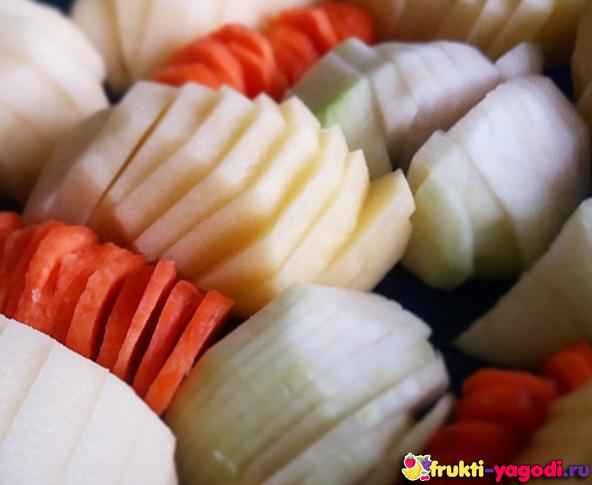 Добавление на сковороду морковки и кольраби