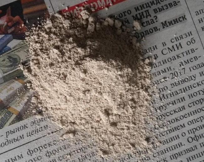 Порошковый Фитоспорин на старой газете перед разведением в воде