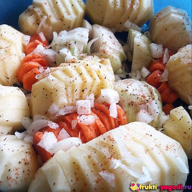 Картофель запеченный в духовке с капустой кольраби, морковью и луком