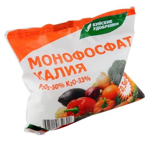 Монофосфат калия в полиэтиленовом пакете для подкормки кустовой вишни