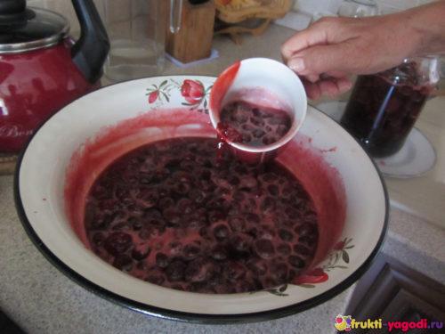 Переливаем варенье из клубники из тазика в банку