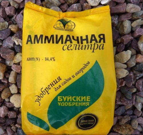 Пакет с аммиачной селитрой от фирмы Буйские удобрения для внесения под вишню
