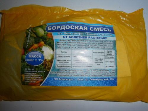 Полиэтиленовый пакет с компонентами бордоской жидкости для весенней обработки смородины