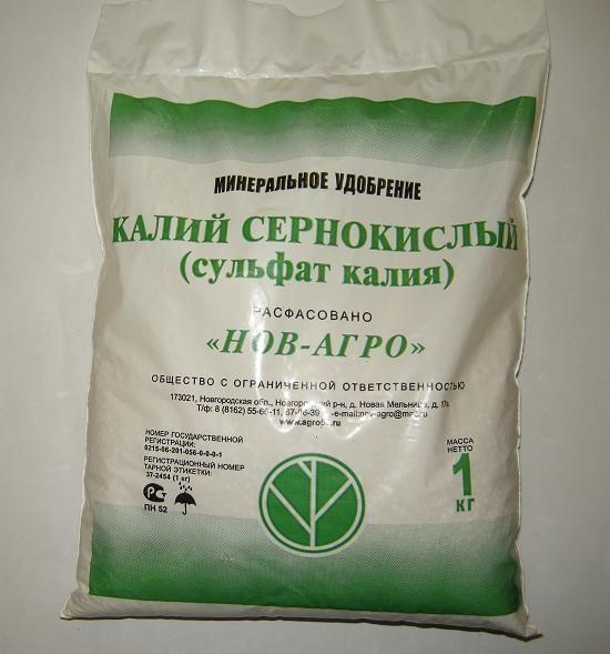 Пакет с сульфатом калия для летней подкормки смородины в саду