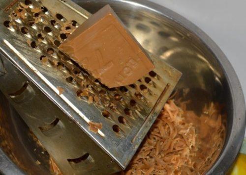 Измельчение хозяйственного мыла на бытовой терке