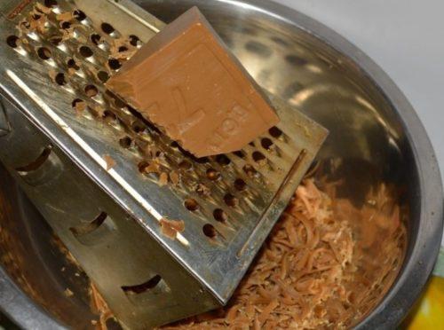 Измельчение мыла на крупной терке для опрыскивания смородины от галловой тли
