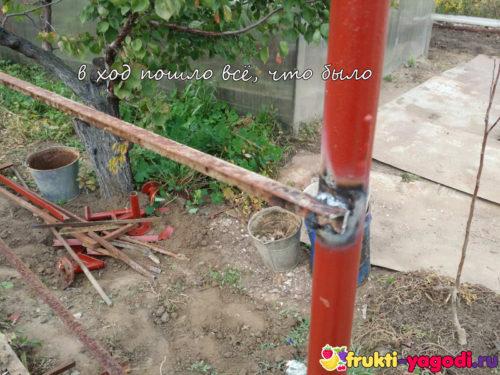Сварка подпорной конструкции для помидор вблизи ржавый уголок и труба