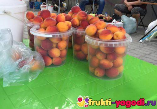 Урожай персиков на столе