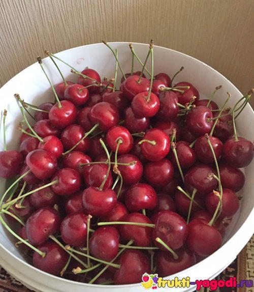 Спелые плоды красной черешни из холодильника
